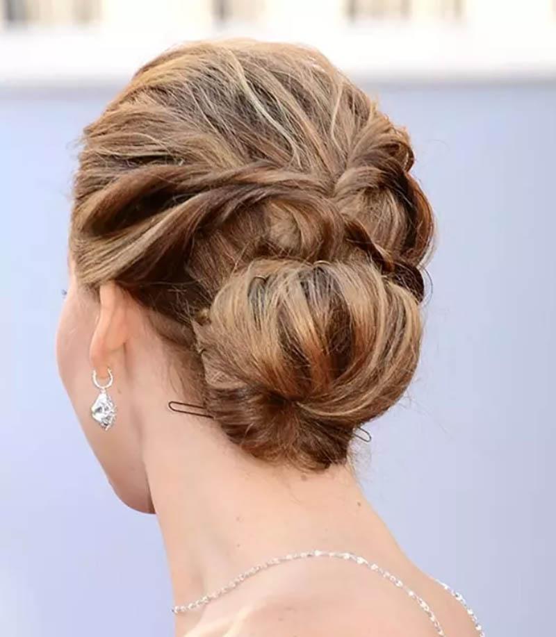 Kiểu tóc búi thấp lộn xộn với sợi uốn xoăn