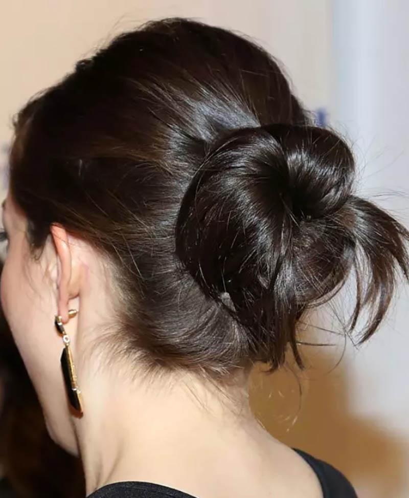 Tóc búi xoắn củ tỏi thông thường giữa đỉnh đầu