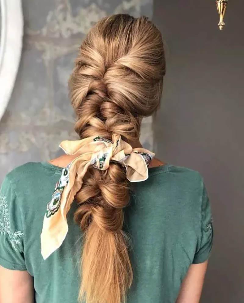 Buộc khăn giữa bím tóc nàng tiên cá
