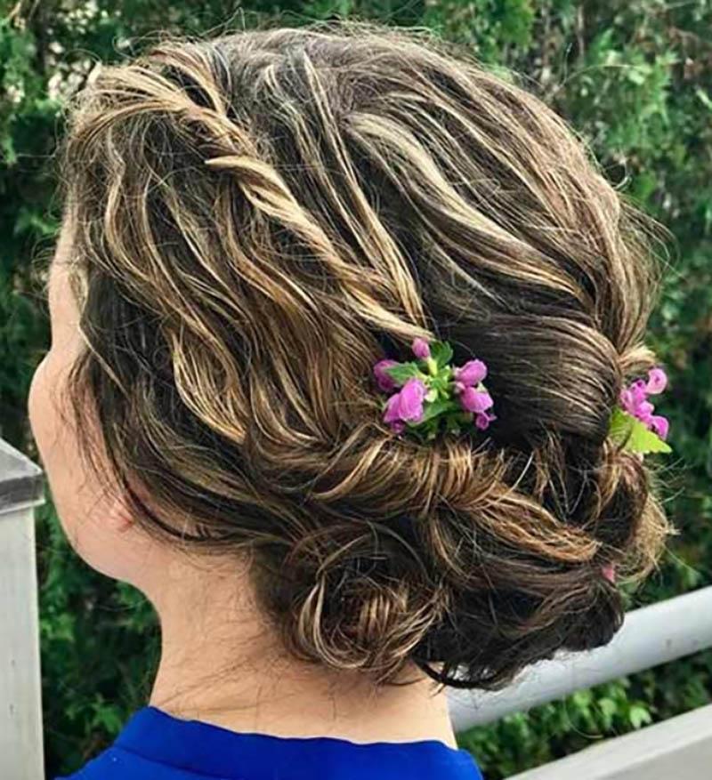 Tóc búi thấp hình hoa có trâm cài trang trí