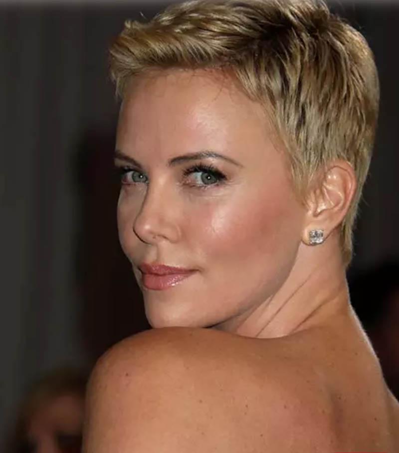 Kiểu tóc tém nhuộm vàng kết hợp với phần mái chải ngược