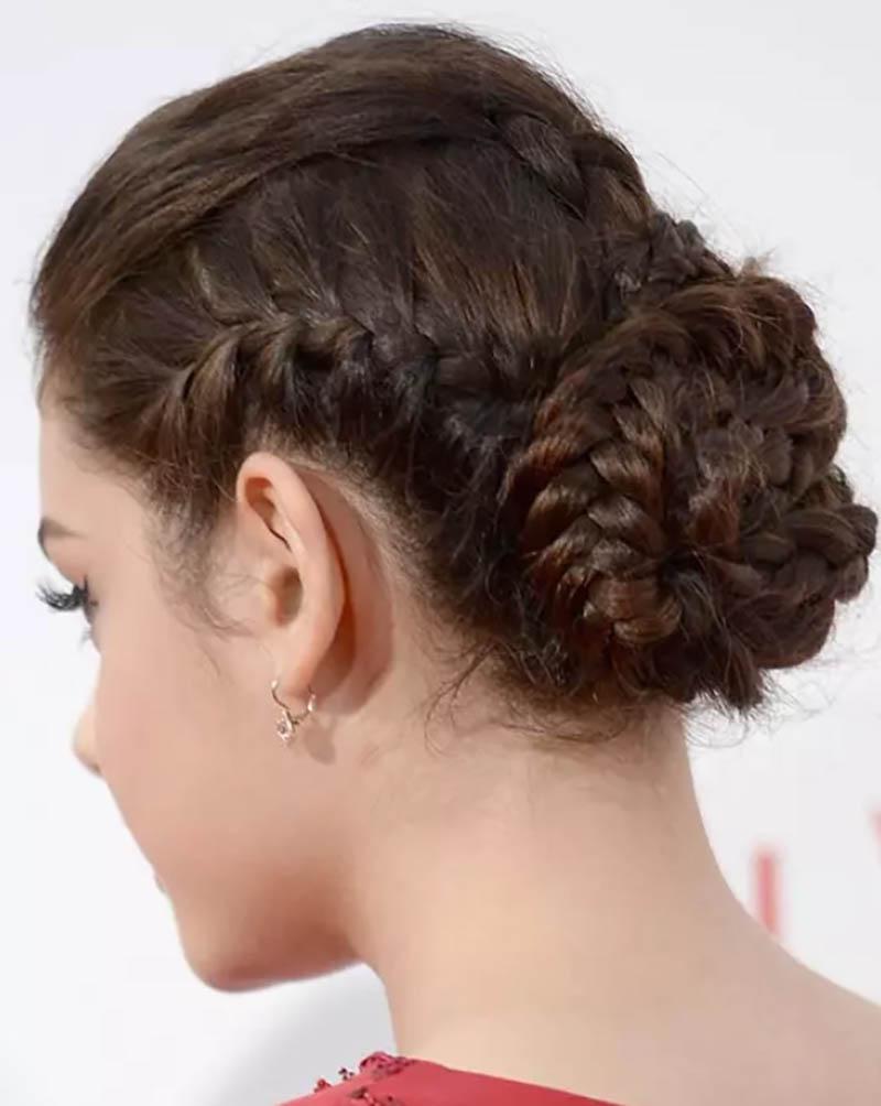 Tóc tết búi nhiều sợi thanh lịch với tóc mái phồng