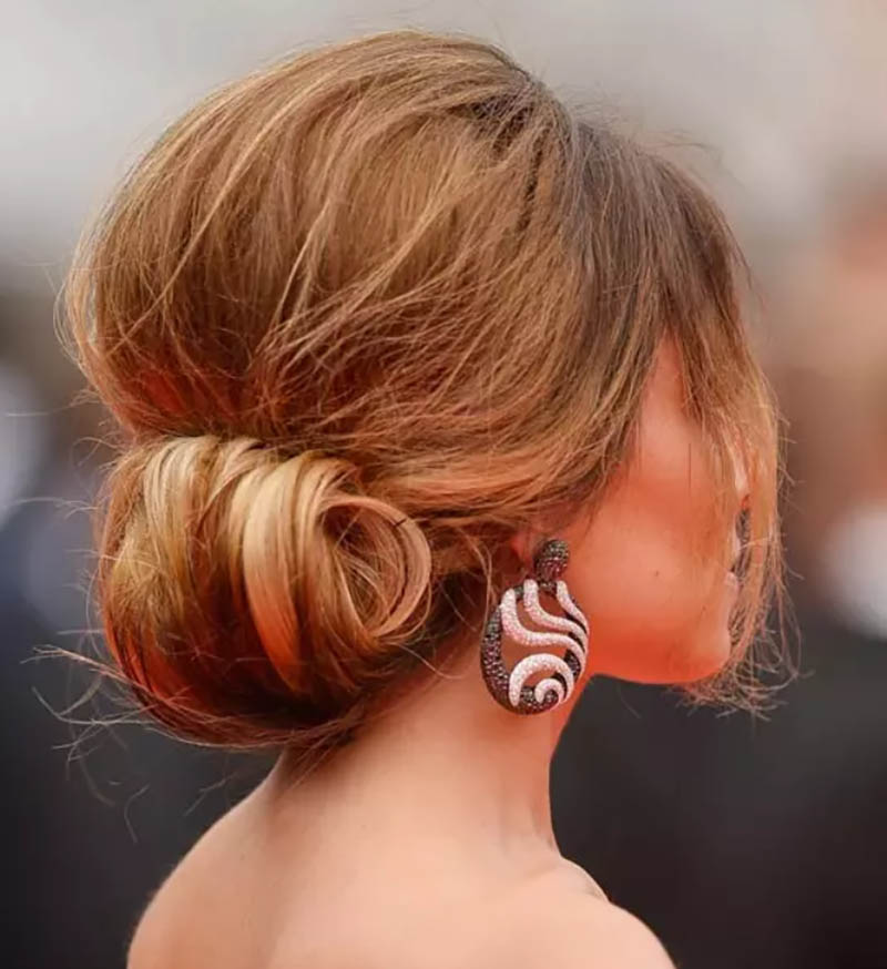 Tóc búi thấp 1 bên với phần mái xoăn rối
