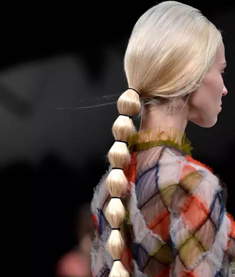 Tóc đuôi ngựa dài buộc nhiều đoạn