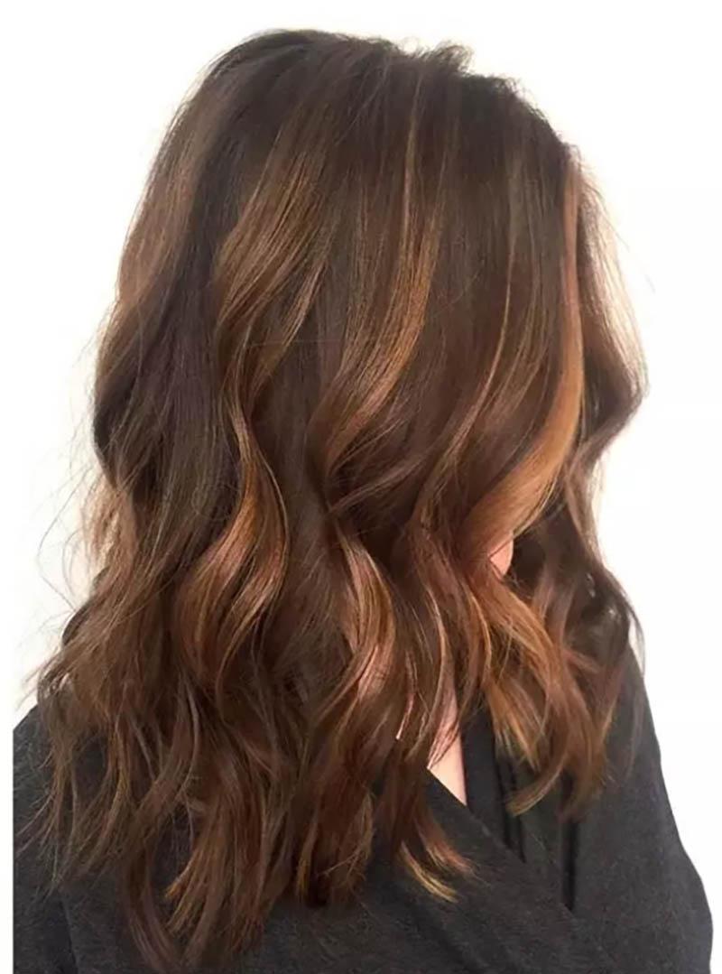 Highlight màu Caramel với những lọn tóc dày