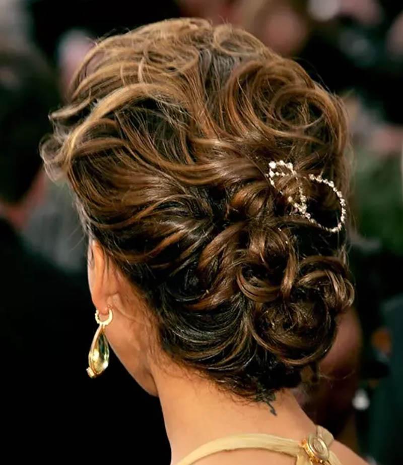 Kiểu tóc búi xoăn với kết cấu lộn xộn