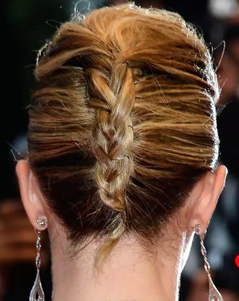 Tóc xoắn kiểu Pháp với phần mái phồng và đuôi tóc tết