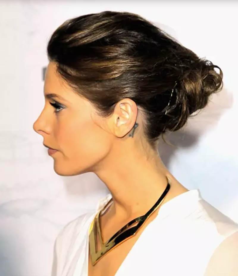 Kiểu tóc búi xoăn theo phong cách góc cạnh và lộn xộn