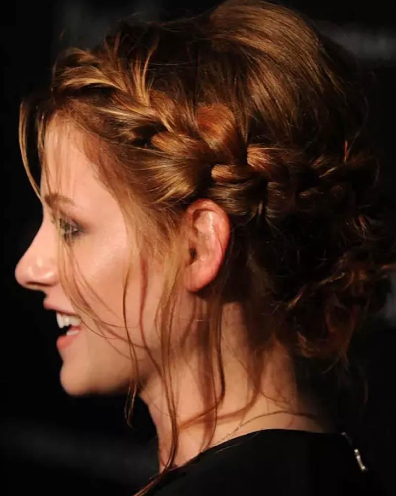 Tóc tết búi thông thường với tóc mái buông thả tự nhiên