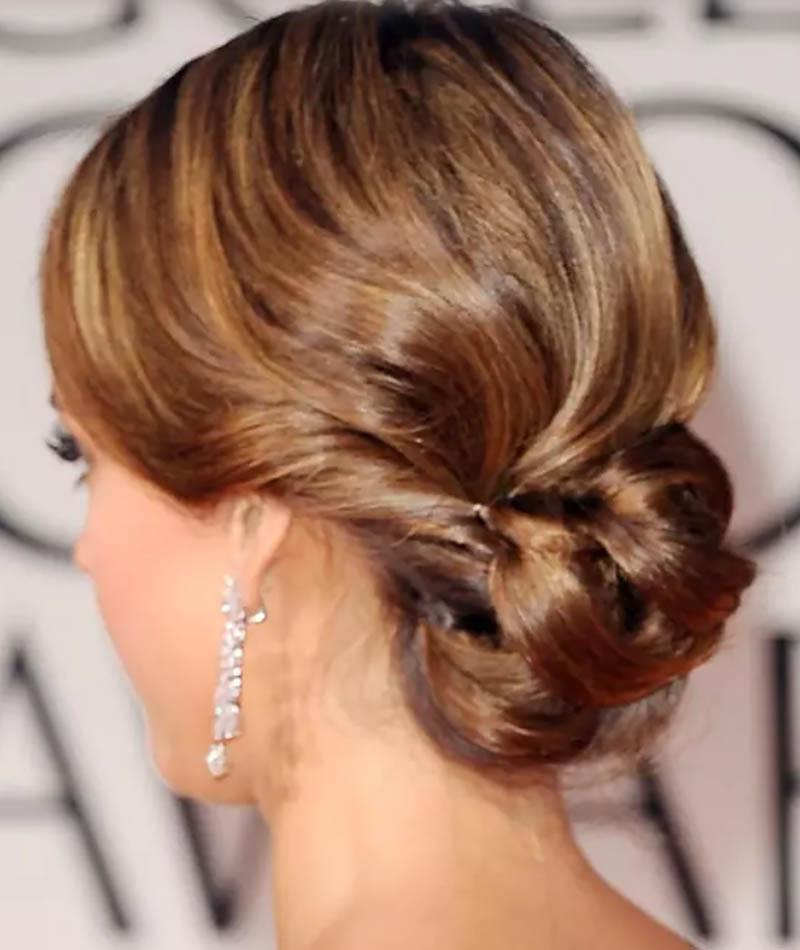 Tóc Updo xoắn thấp với những lọn tóc xoăn gợn sóng