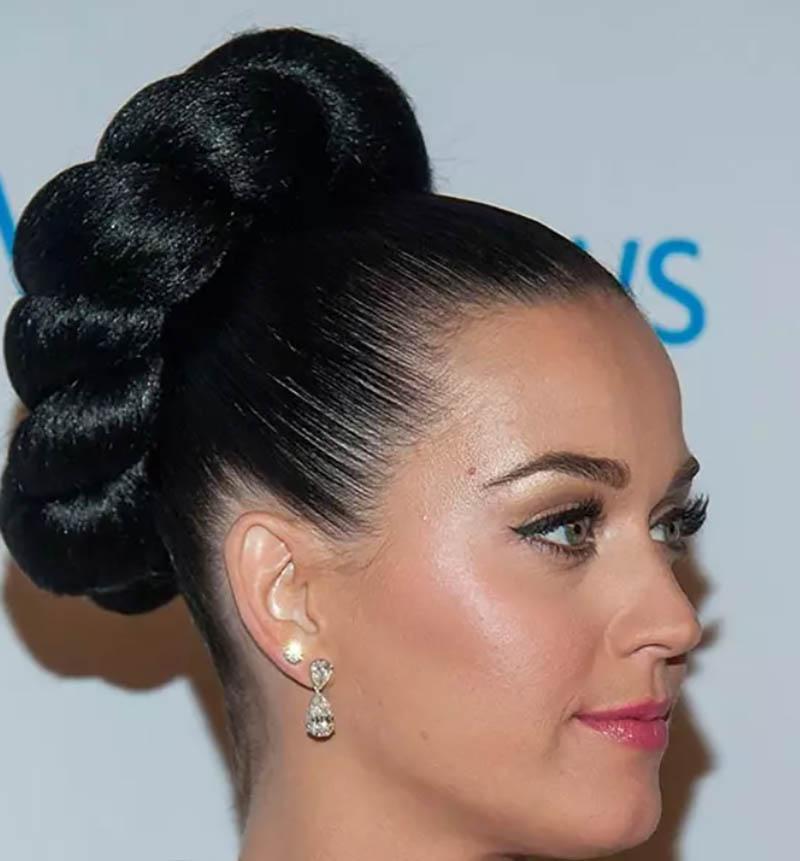 Kiểu tóc búi lớn với bím tóc xoăn