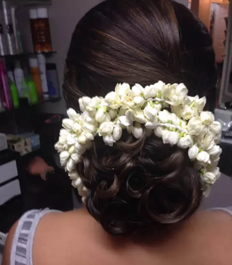 Búi tóc với vòng hoa nhài