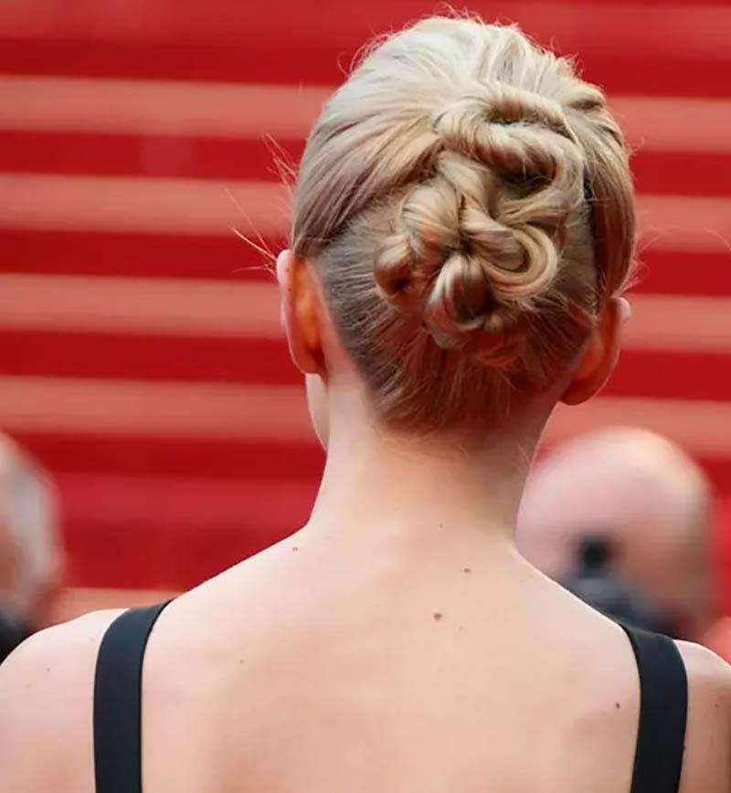 Kiểu tóc xoăn Updo kết hợp với phong cách Puffy Crown