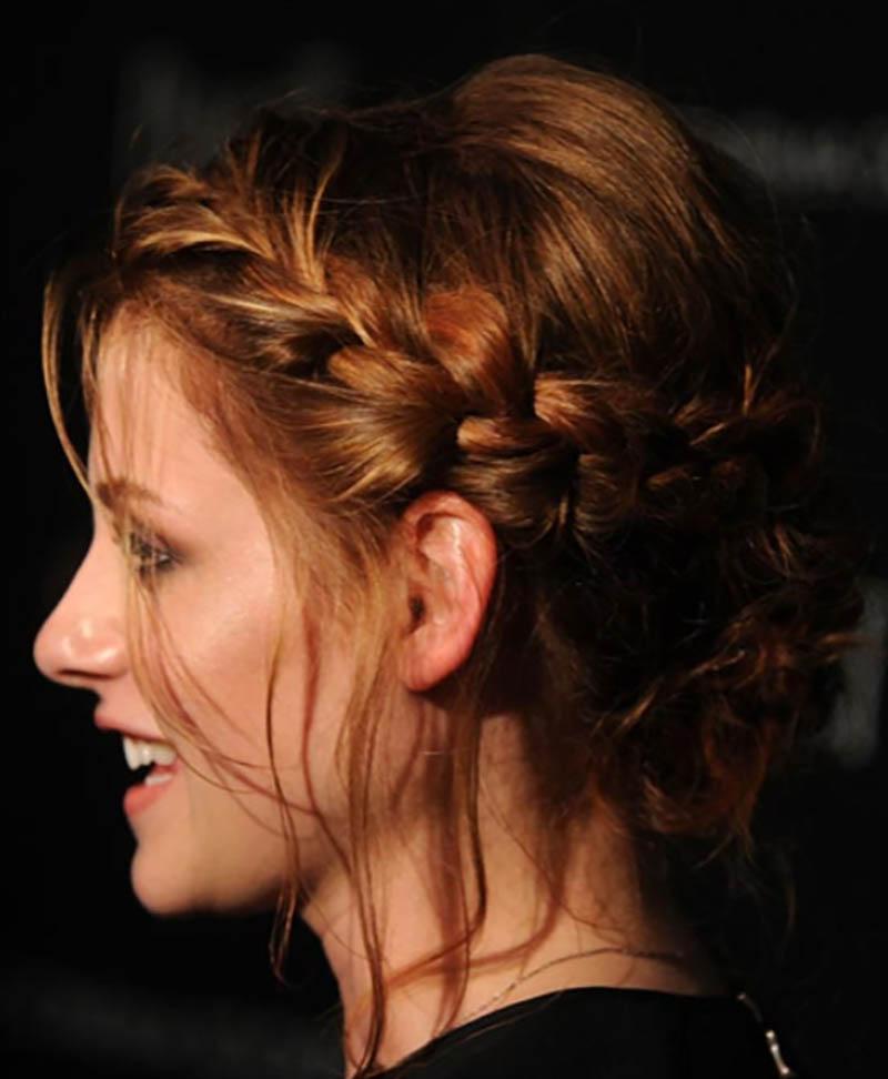 Kiểu tóc puffy thấp với vòng bện quấn quanh