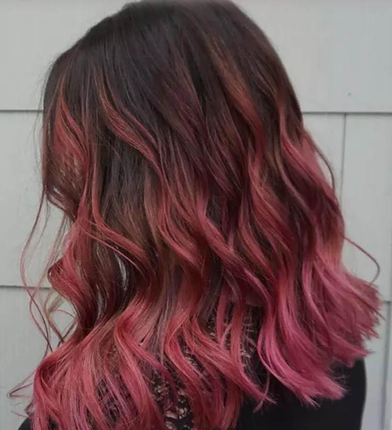 Tóc uốn xoăn với phần đuôi cắt bằng nhuộm Ombre màu hồng tro