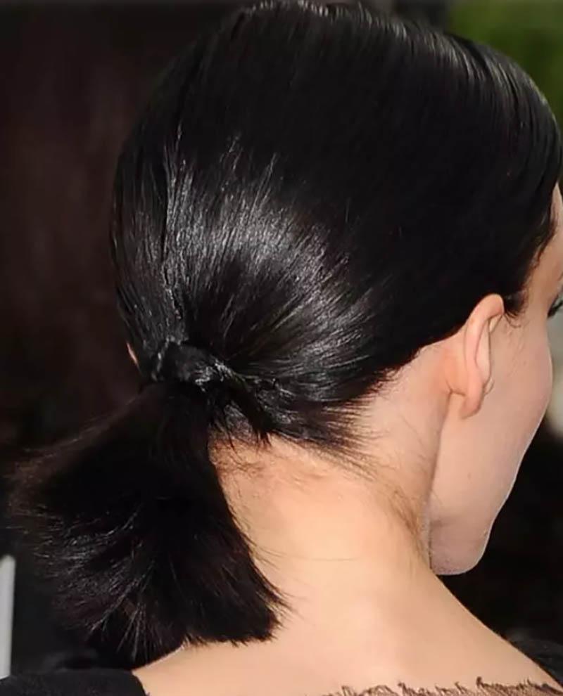 Tóc buộc đuôi ngựa một bên chẻ ngôi lệch nhuộm đen