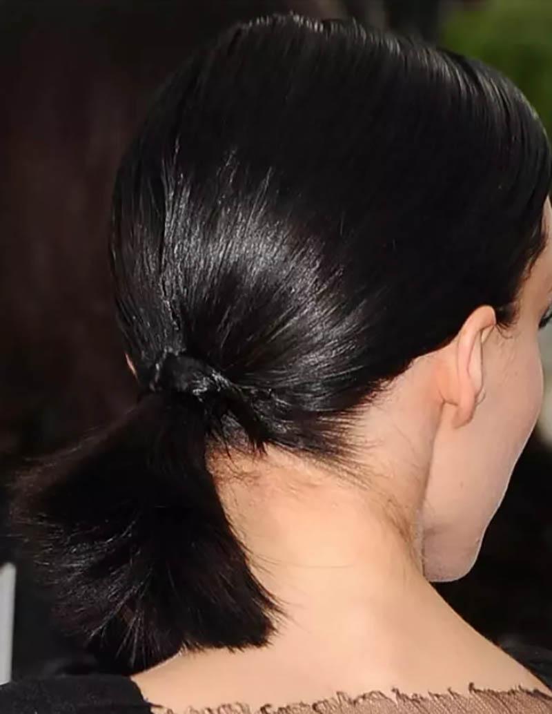 Kiểu tóc đuôi ngựa màu đen với nút thắt quấn