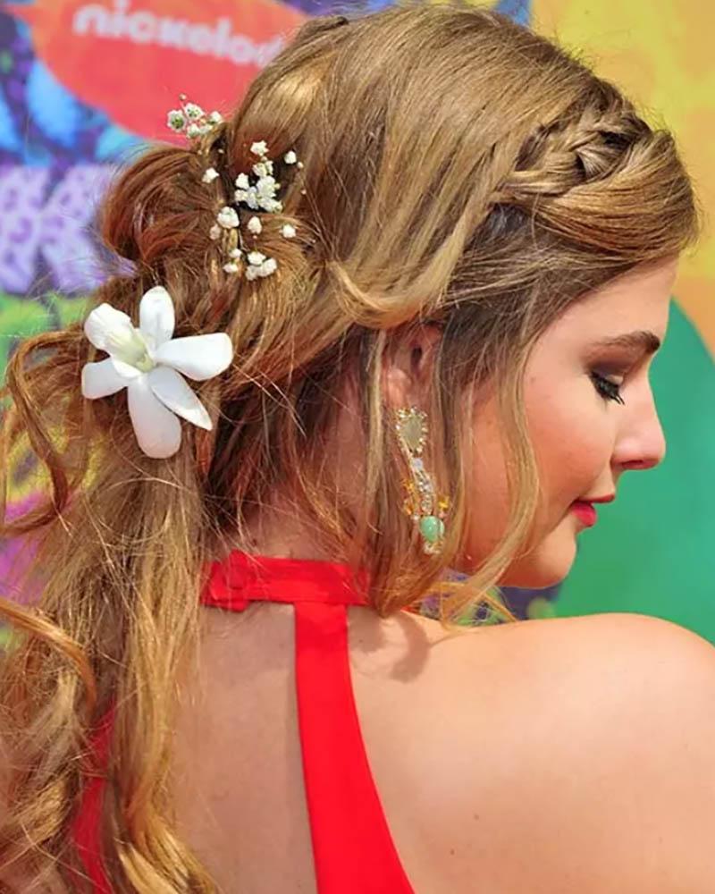 Kiểu tóc xoăn gợn sóng lỏng lẻo với bím tóc và kết thúc xoắn ốc