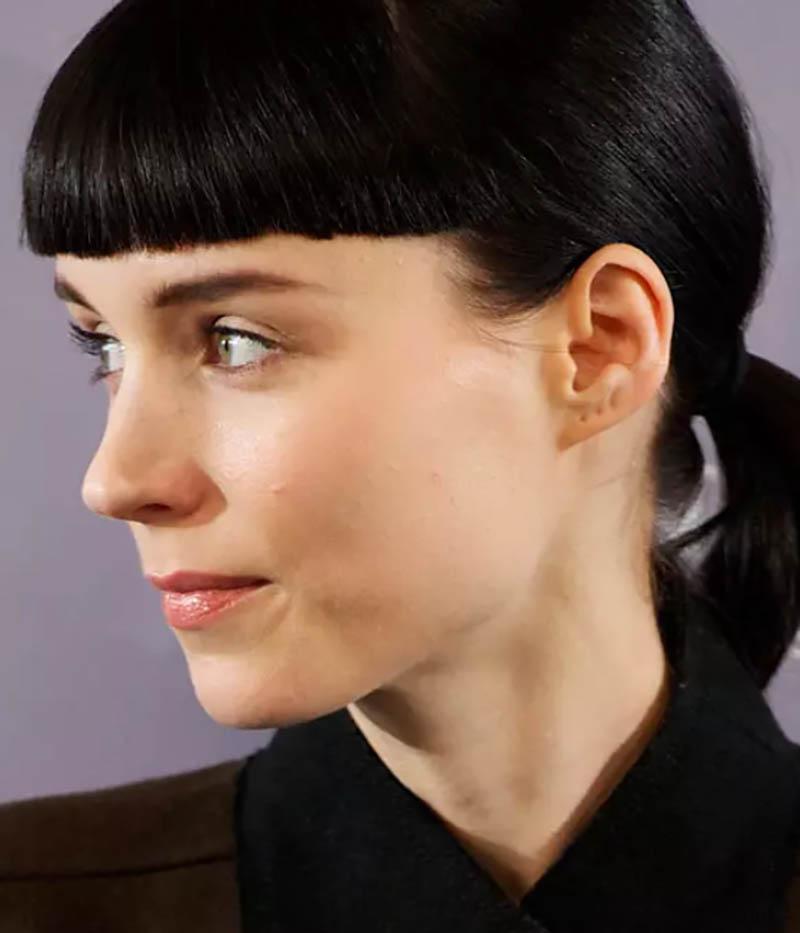 Kiểu tóc đuôi ngựa ngắn màu đen với mái ngố
