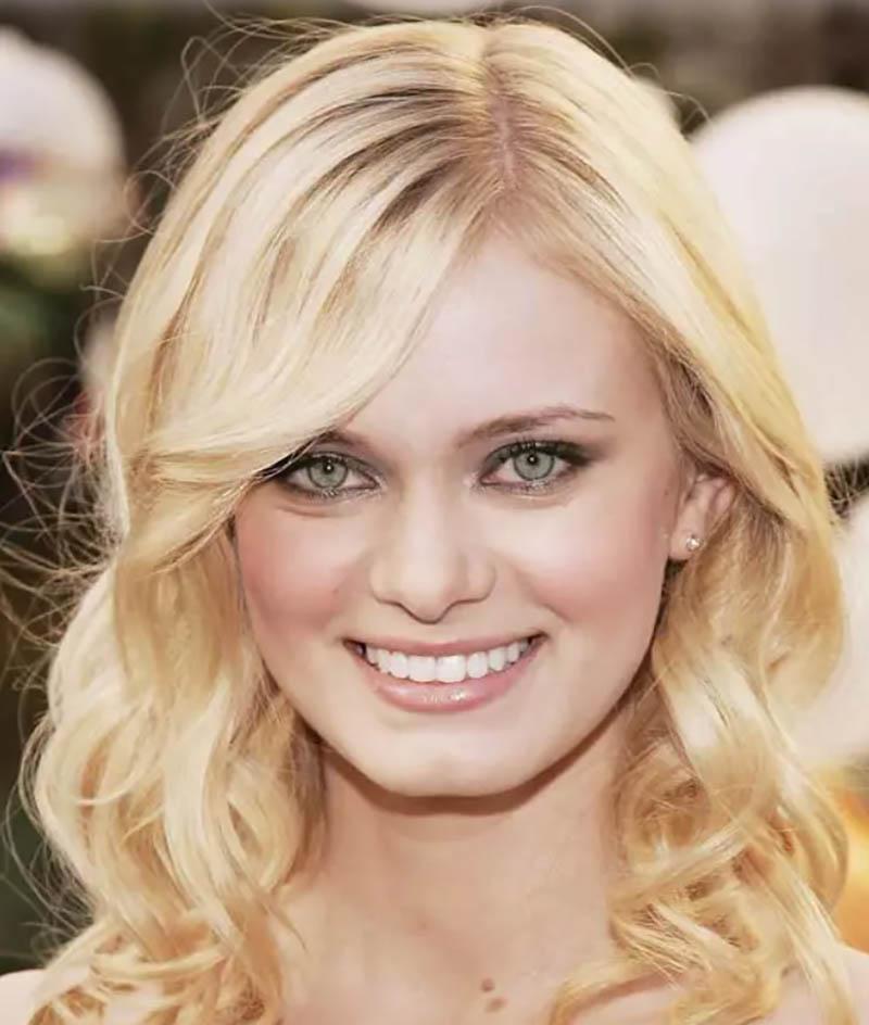 Tóc uốn xoăn có độ dài trung bình được nhuộm màu vàng