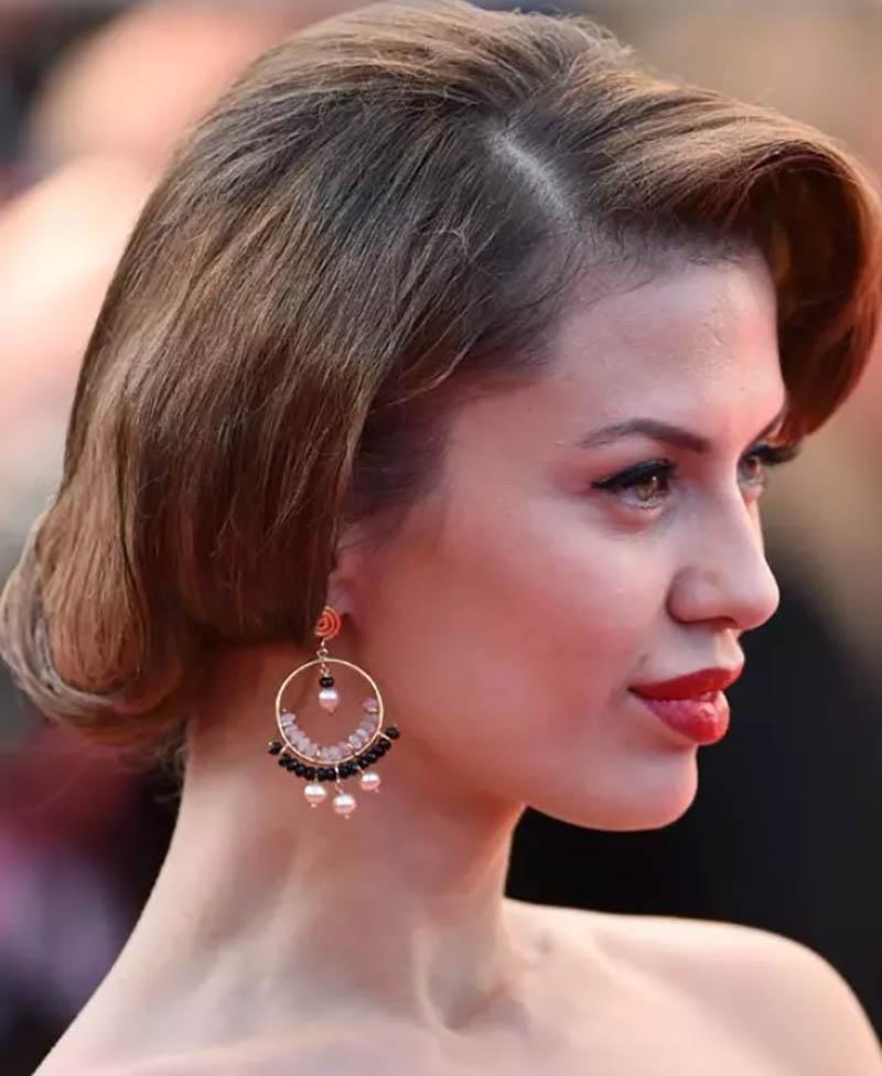 Tóc ngắn với mái uốn xoắn gấp ở phía trước và tạo phồng ở phần đuôi tóc phía sau