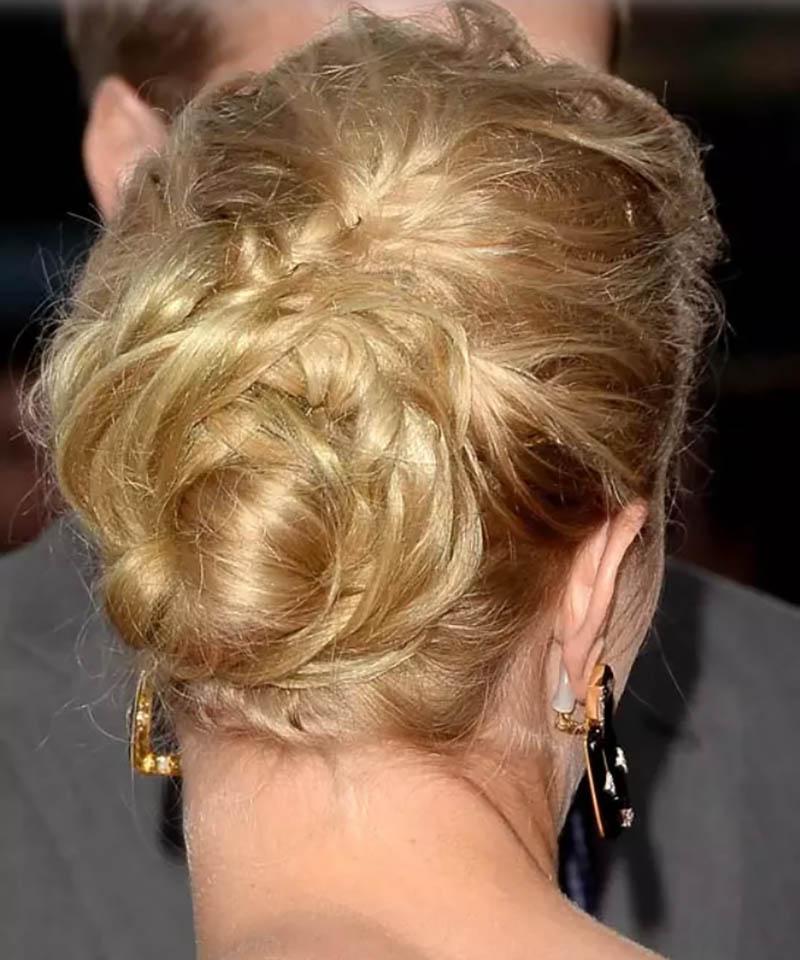 Tóc búi hoa cao trên đỉnh đầu