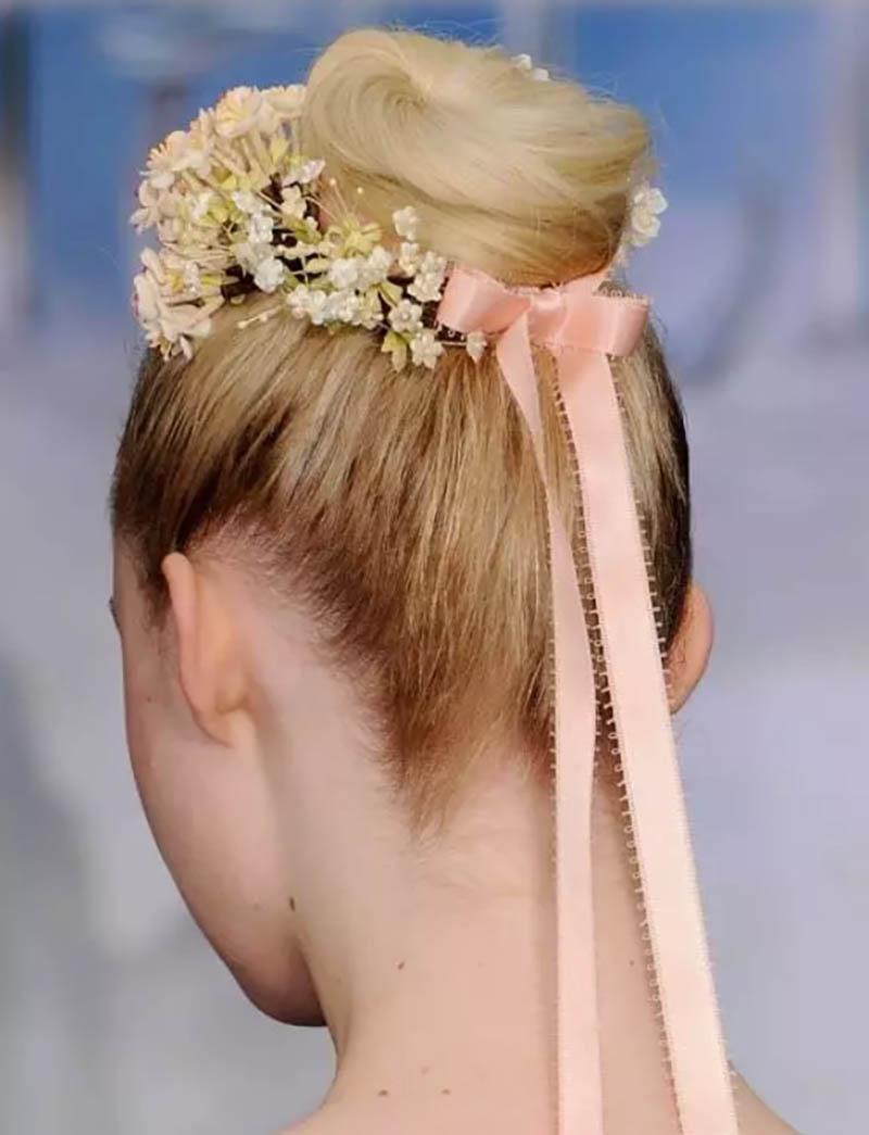 Kiểu tóc búi cao kết hợp với phụ kiện tóc