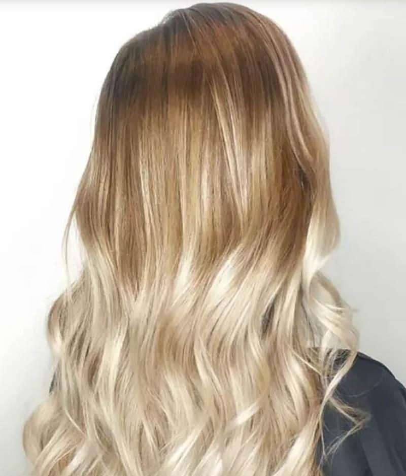 Tóc nhuộm Ombre màu vàng ấm trên tóc dài uốn gợn sóng