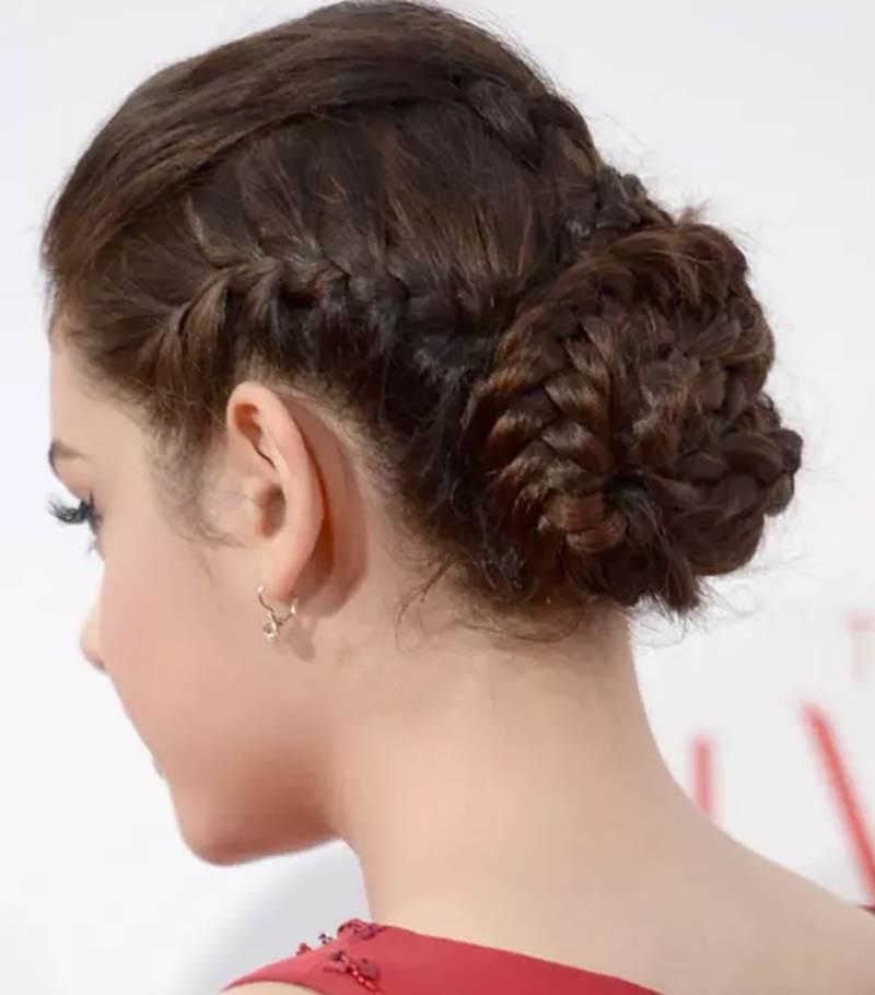 Mái tóc vàng xoăn rối với 2 bím tóc 2 bên đầu