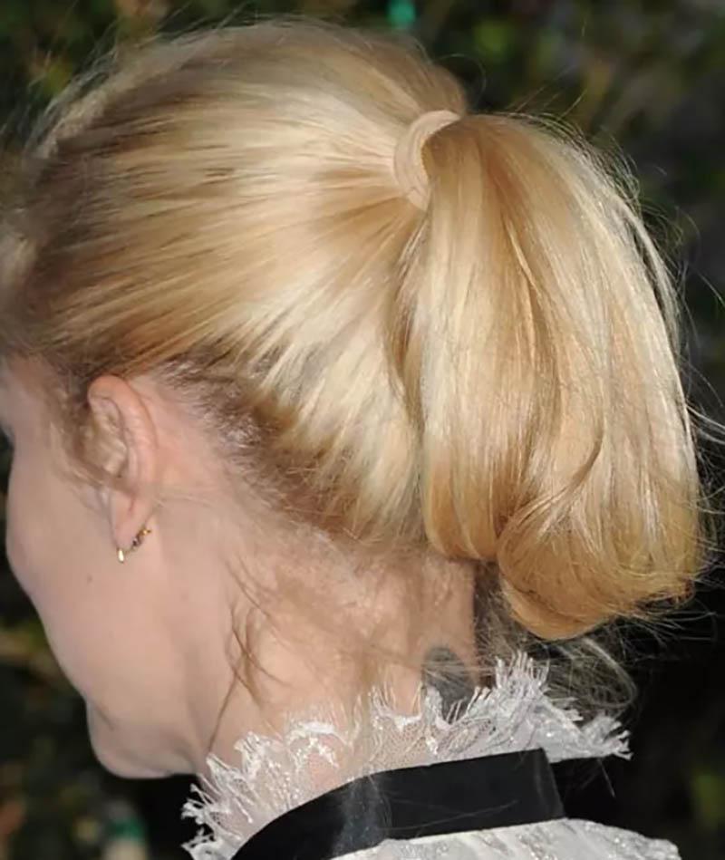 Kiểu tóc đuôi ngựa cột ngắn nhuộm màu vàng