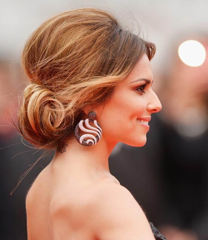 Kiểu tóc cuộn tròn và nhét thành búi với đỉnh đầu phồng