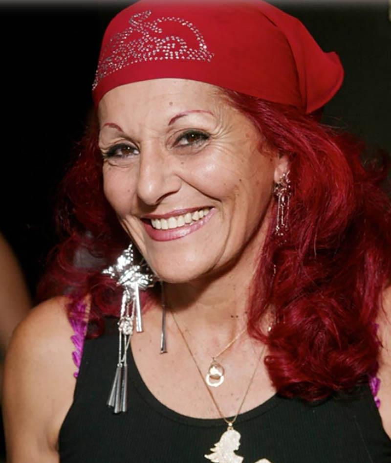 Tóc bob dài gợn sóng với khăn buộc đầu cùng tông đỏ