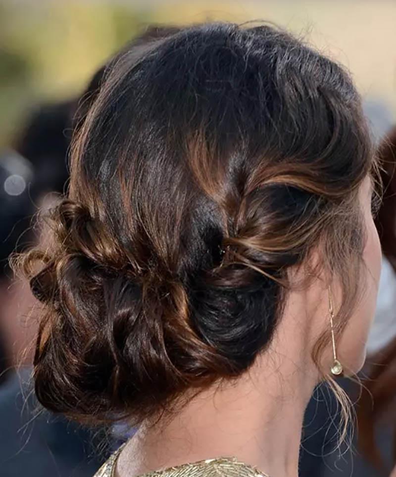 Kiểu tóc búi xoăn kết hợp với nếp gấp