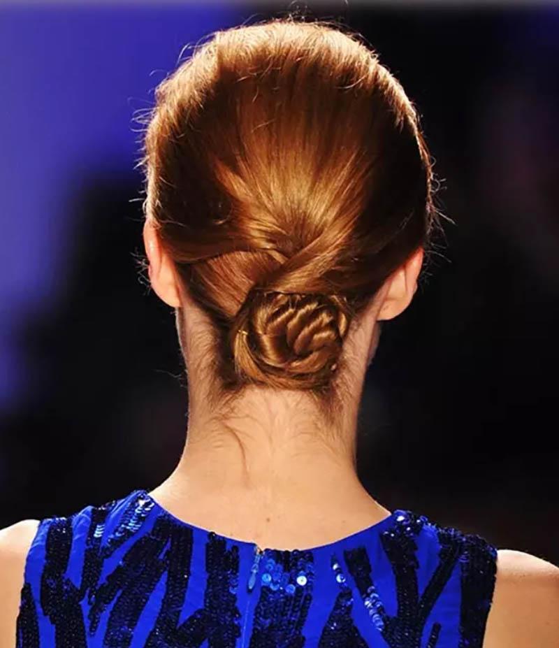 Kiểu tóc búi hoa thấp và xoăn