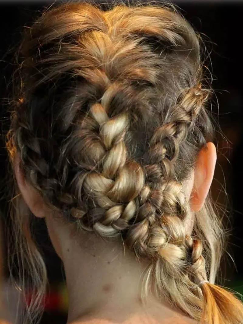 Tết tóc thành nhiều bím