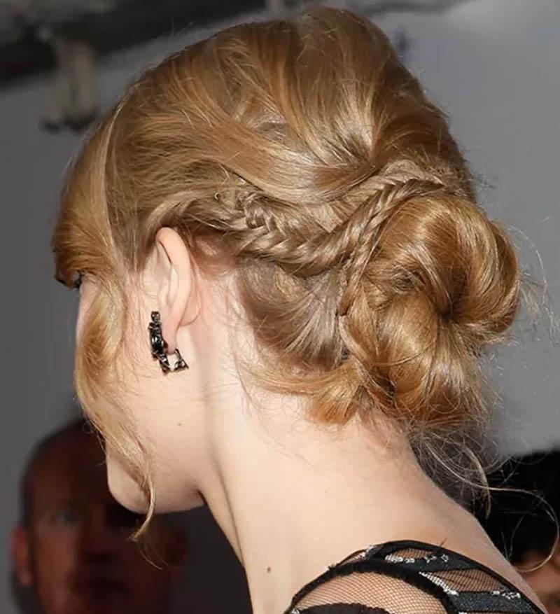 Kiểu tóc xoăn búi thấp kết hợp với quấn bện