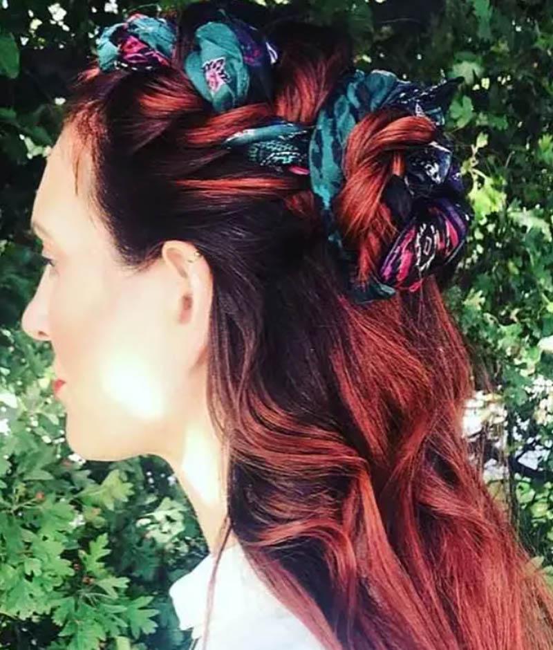 Búi tóc hoa hồng một nửa với chiếc khăn