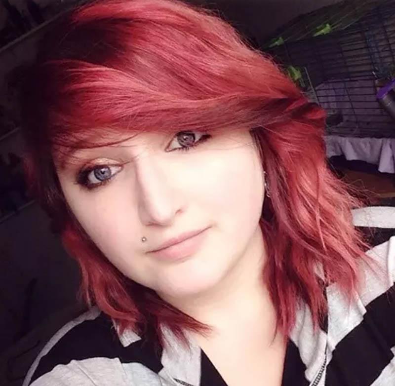 Tóc xoăn ngắn nhuộm đỏ