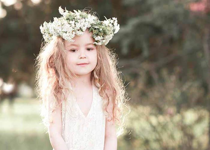 50 Kiểu tóc dễ thương cho bé gái để diện trong bữa tiệc cưới