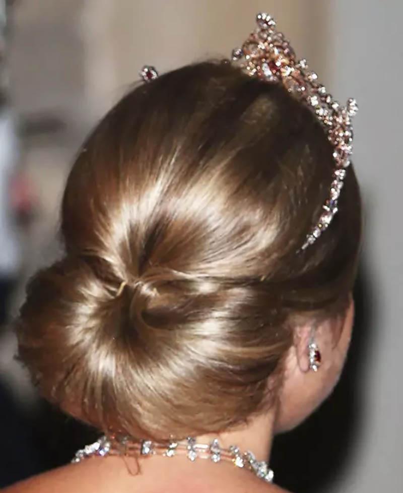 Tóc búi thấp kiểu nửa vòng tròn kết hợp với phần đỉnh đầu phồng