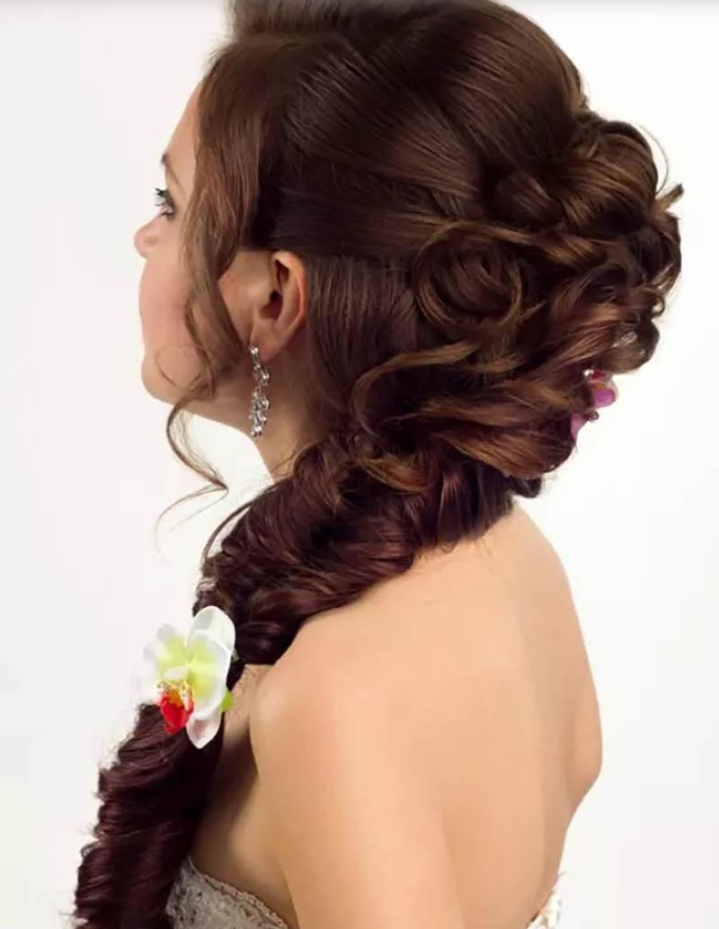 Tóc tết Milkmaid kết hợp với búi tóc kiểu Bouffant buộc đuôi ngựa thấp