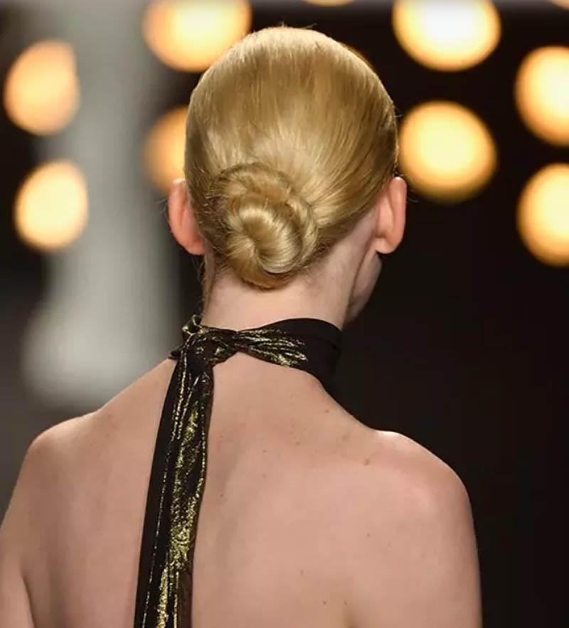 Kiểu tóc búi xoăn kiểu xoắn ốc