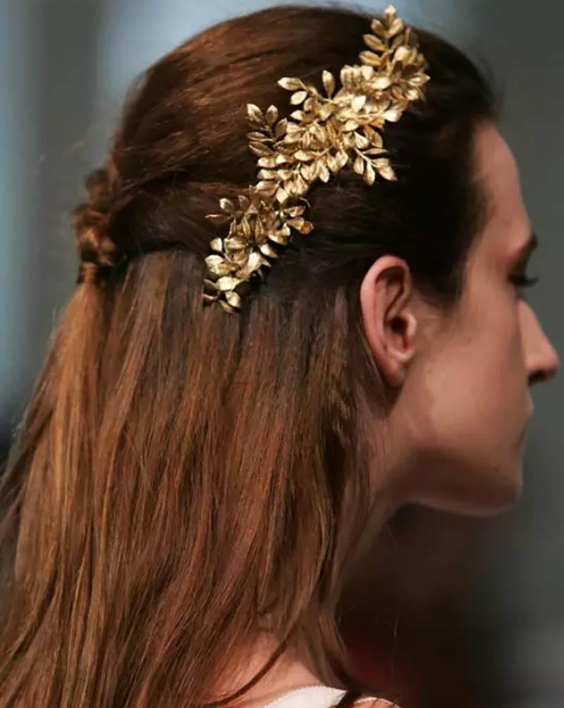 Kiểu tóc tết nửa đầu với trâm cài tóc hoa