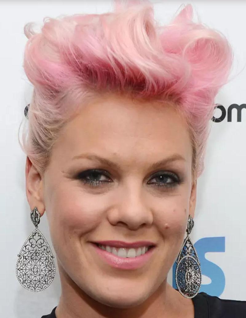 Tóc nhuộm hồng tạo kiểu Pompadour
