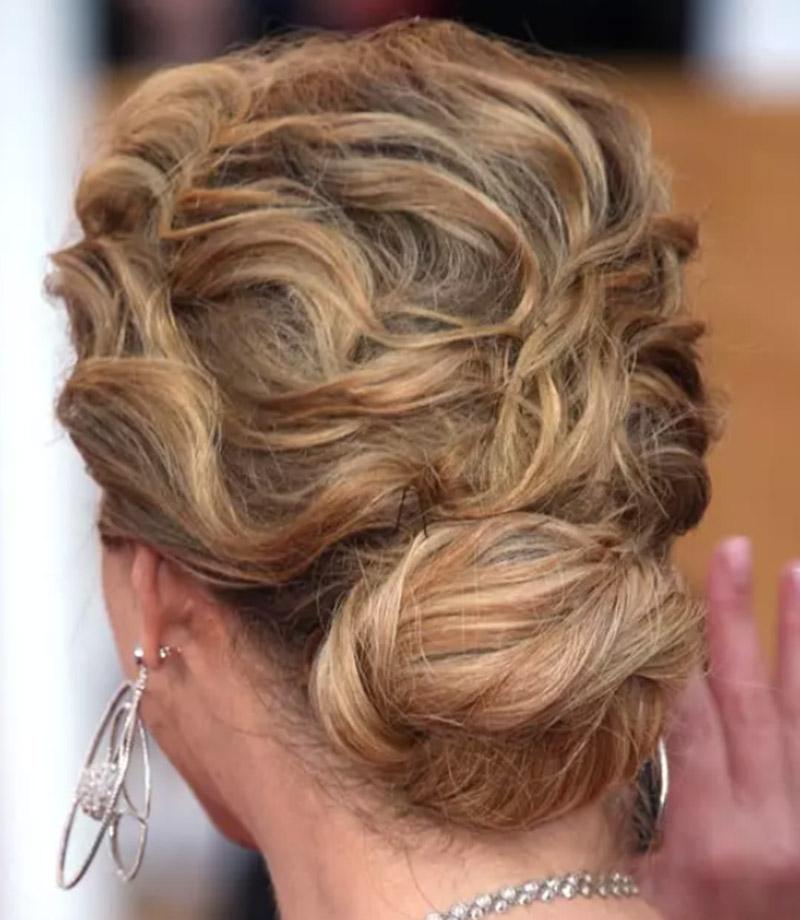 Búi tóc thấp với tóc sóng xoăn