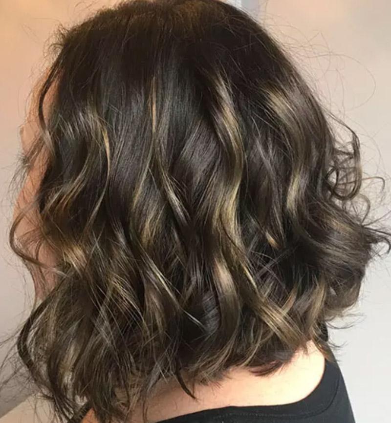 Kiểu tóc bob dài uốn gợn kết hợp nhuộm highlight