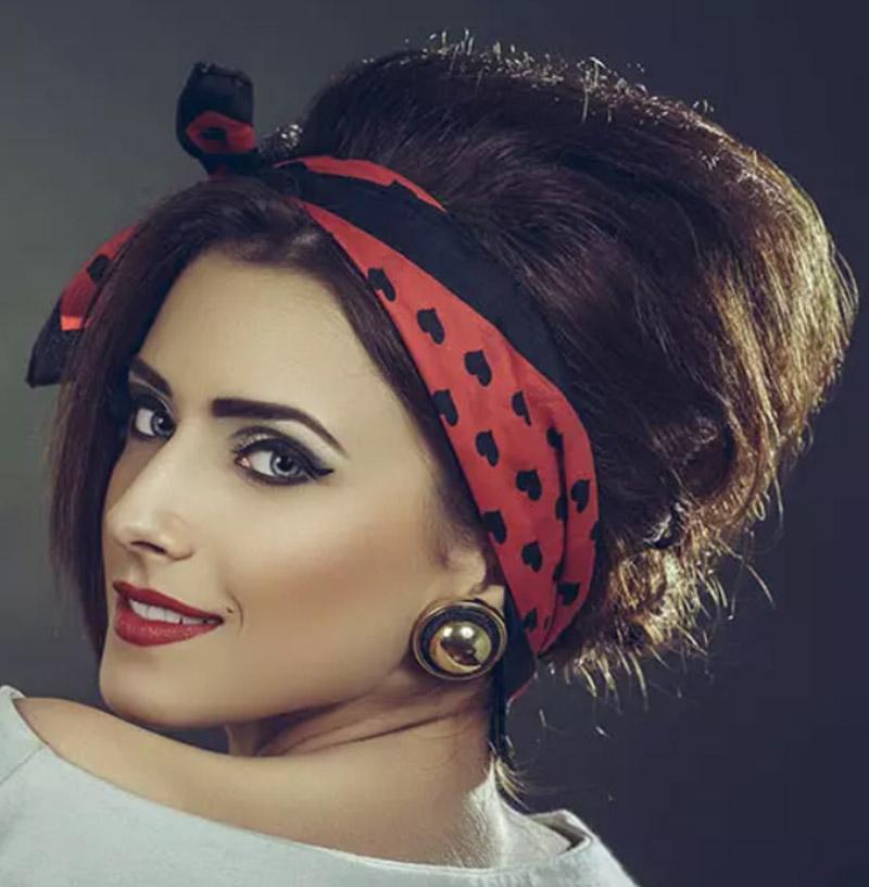 Kiểu tóc búi kết hợp với khăn trùm đầu