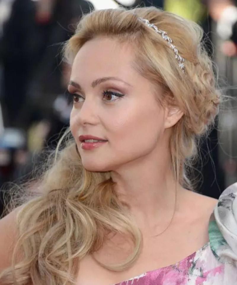 Kiểu tóc công chúa cài tóc đính đá