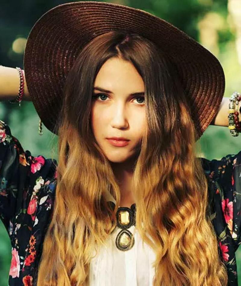 Kiểu tóc dài uốn sóng kết hợp với một chiếc mũ