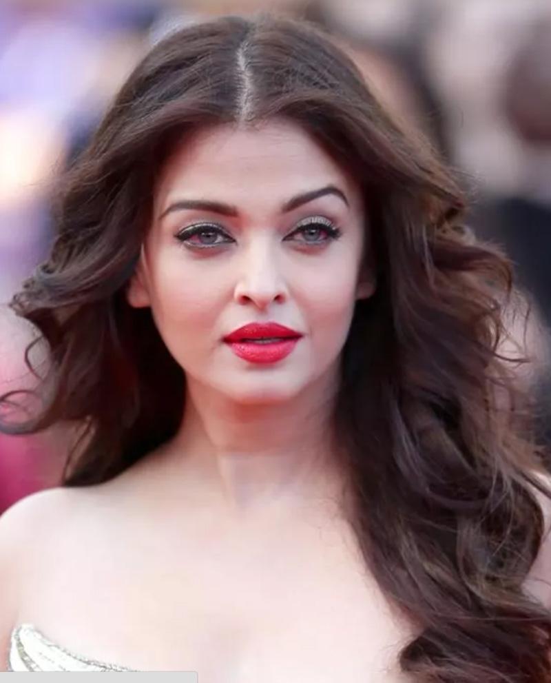 Mái tóc xoăn mềm mại lộng gió của Aishwarya Rai Bachchan
